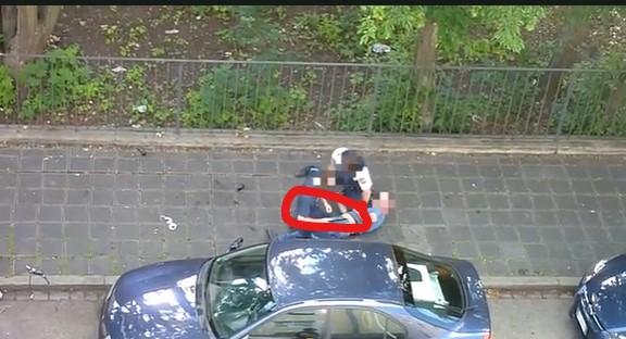 Polizist schlägt auf Mann am Boden ein, Schlagstock eingekreist