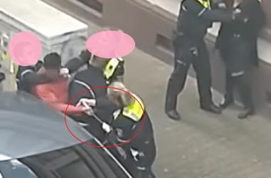 Screenshot aus dem Video zeigt aber auch, dass das gefährliche Werkzeug immer noch in der Hand des Beschuldigten ist