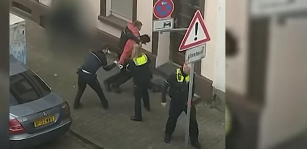 Screenshot aus dem Video zeigt deutlich das gefährliche Werkzeug in der Hand des Beschuldigten
